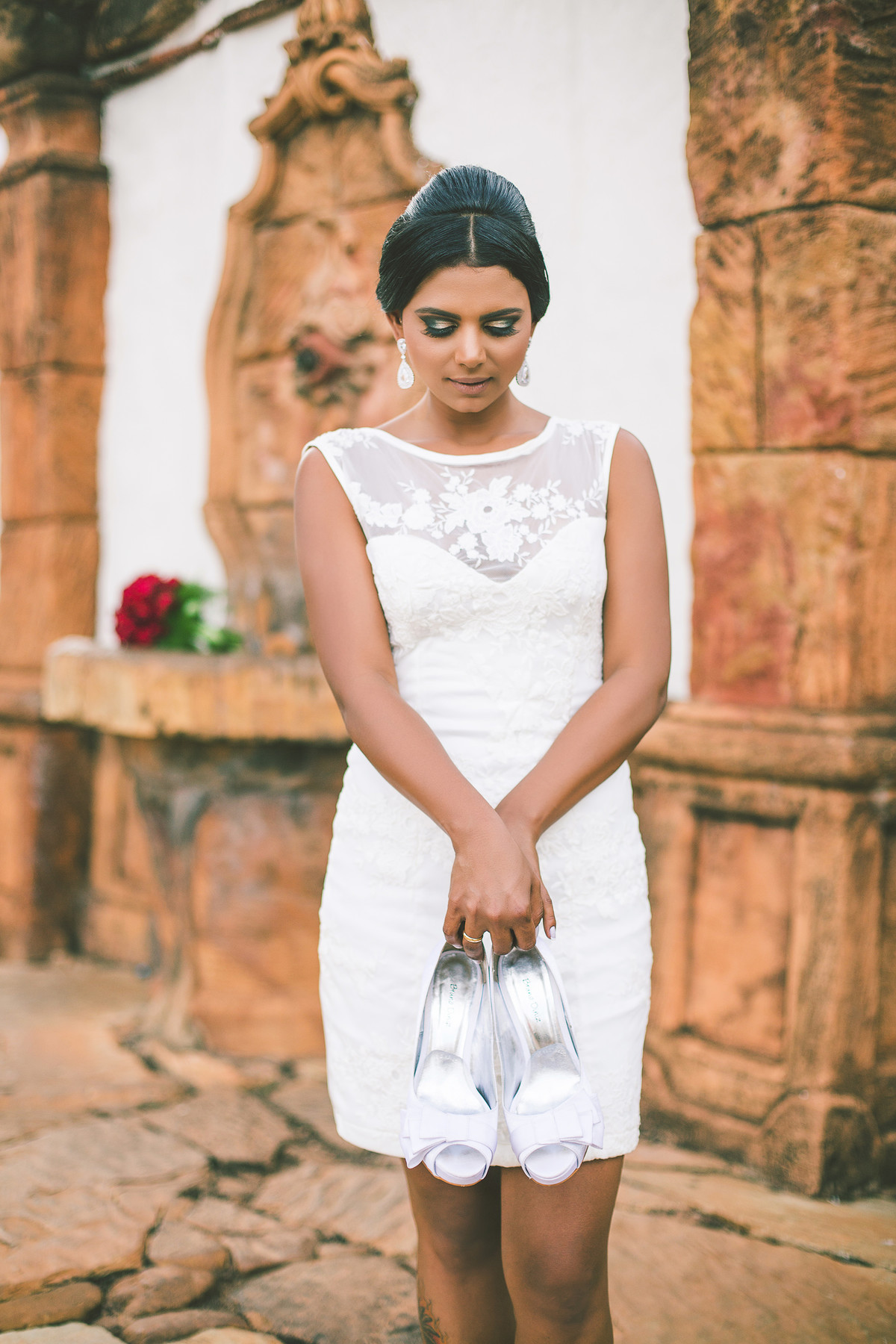 Noiva posando com seus sapatos foto feita pelo fotógrafo Rafael Ohana em Paracatu-M