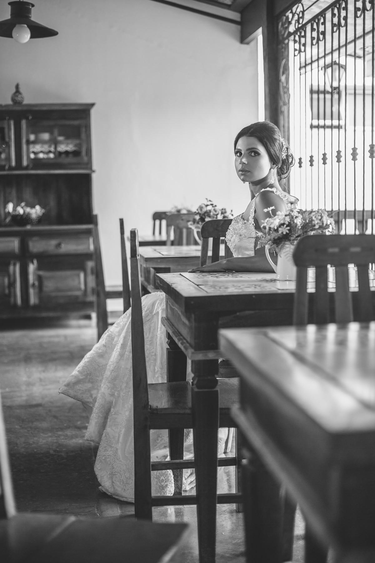 Noiva sentada esperando foto feita pelo fotógrafo Rafael Ohana em Paracatu-M