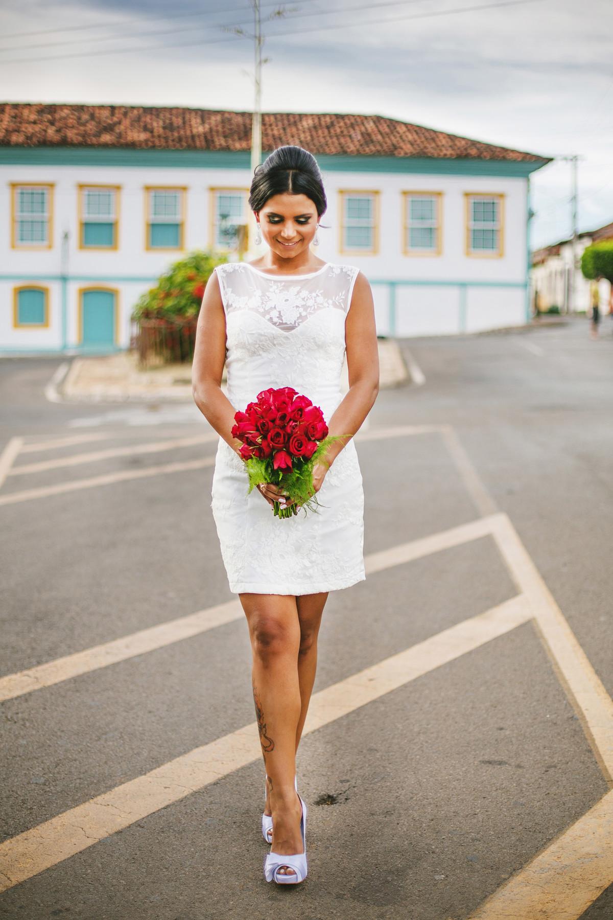 Noiva posando na rua foto feita pelo fotógrafo Rafael Ohana em Paracatu-M