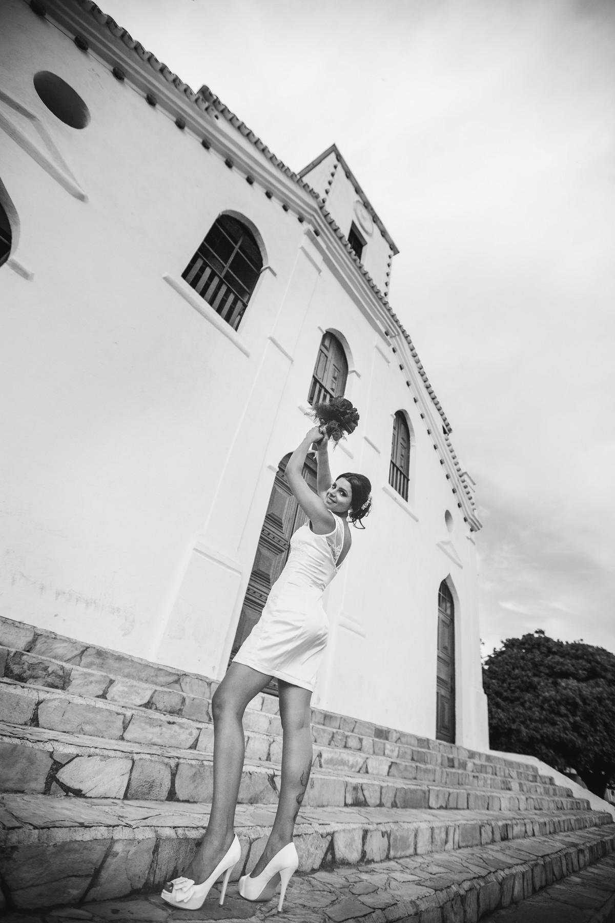 noiva posando com buquê em igreja foto feita pelo fotógrafo Rafael Ohana em Paracatu-M