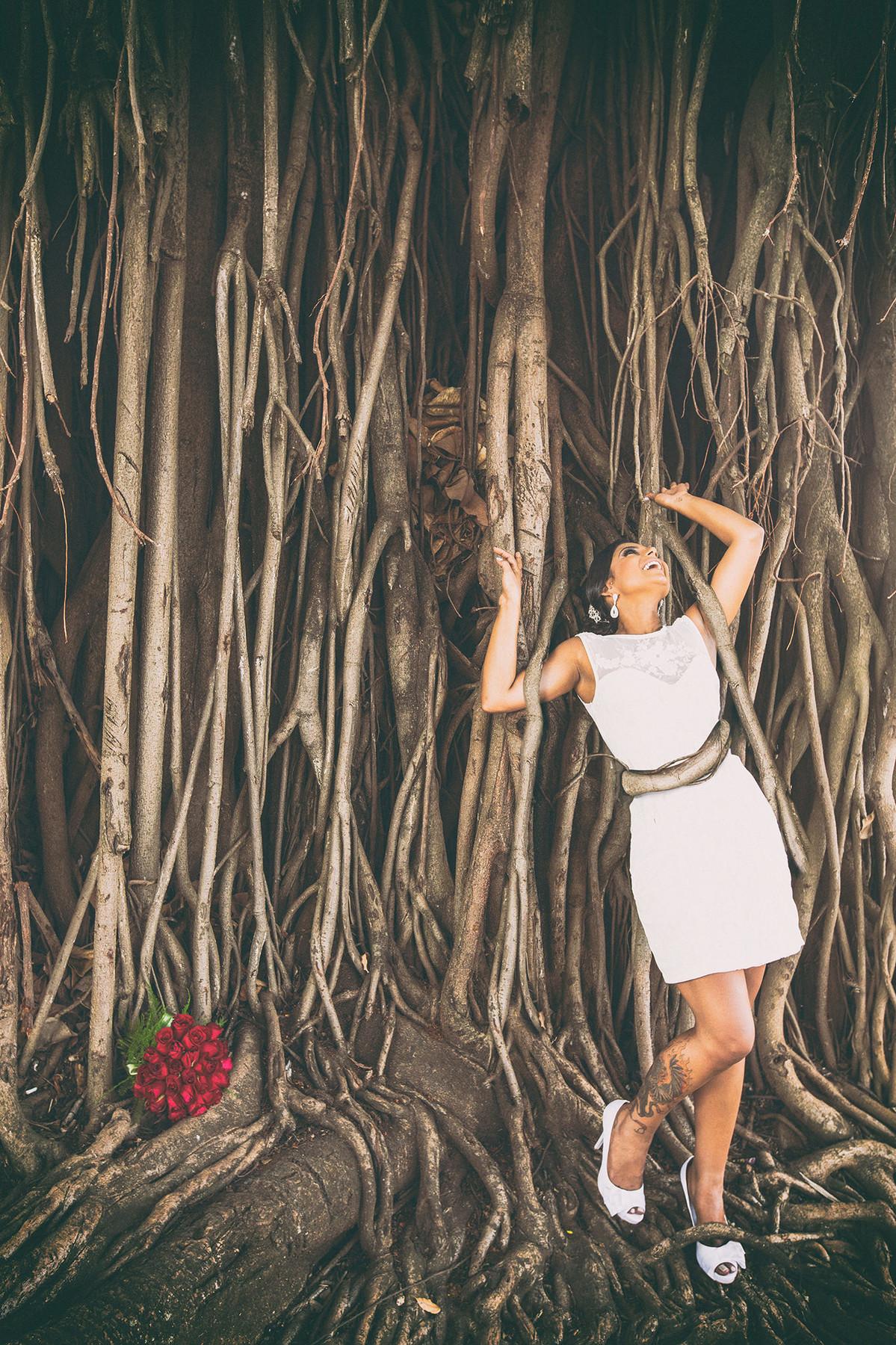 Noiva sendo atacada por arvore de cipó foto feita pelo fotógrafo Rafael Ohana em Paracatu-M