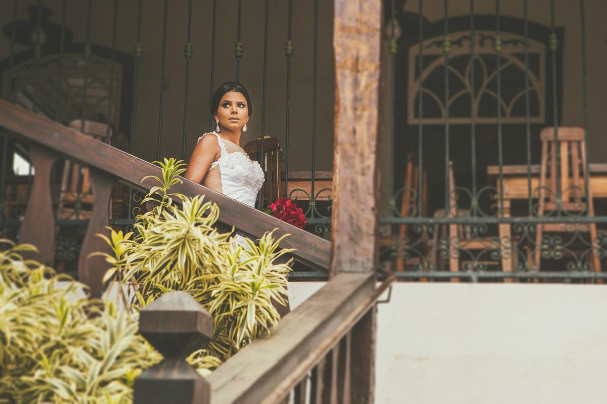 Noiva descendo escada em casa foto feita pelo fotógrafo Rafael Ohana em Paracatu-M