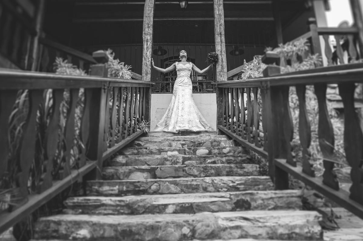Noiva posando em escadaria antiga foto feita pelo fotógrafo Rafael Ohana em Paracatu-M