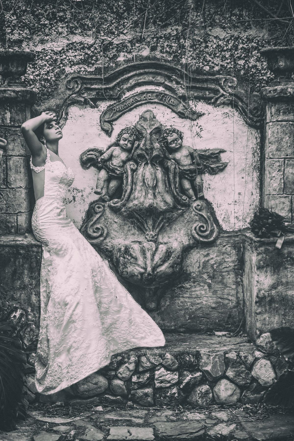 Noiva posando em fonte antiga foto feita pelo fotógrafo Rafael Ohana em Paracatu-M