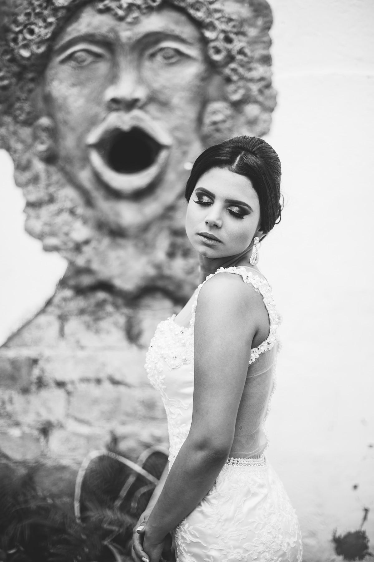 Noiva posando perto de fonte antiga foto feita pelo fotógrafo Rafael Ohana em Paracatu-M
