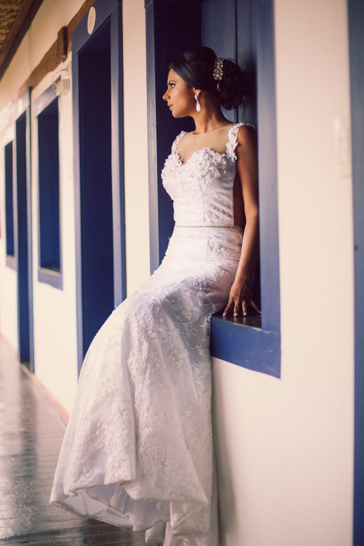 Noiva sentada em janela antiga foto feita pelo fotógrafo Rafael Ohana em Paracatu-M