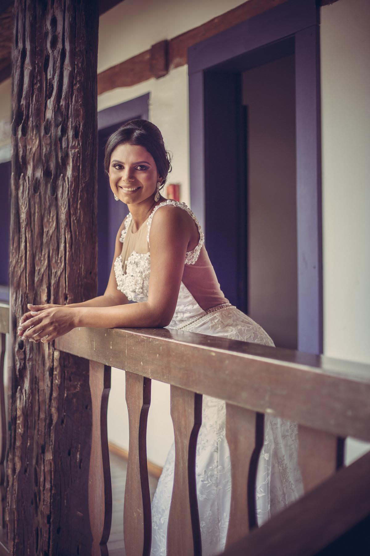 Noiva encostada na madeira foto feita pelo fotógrafo Rafael Ohana em Paracatu-M