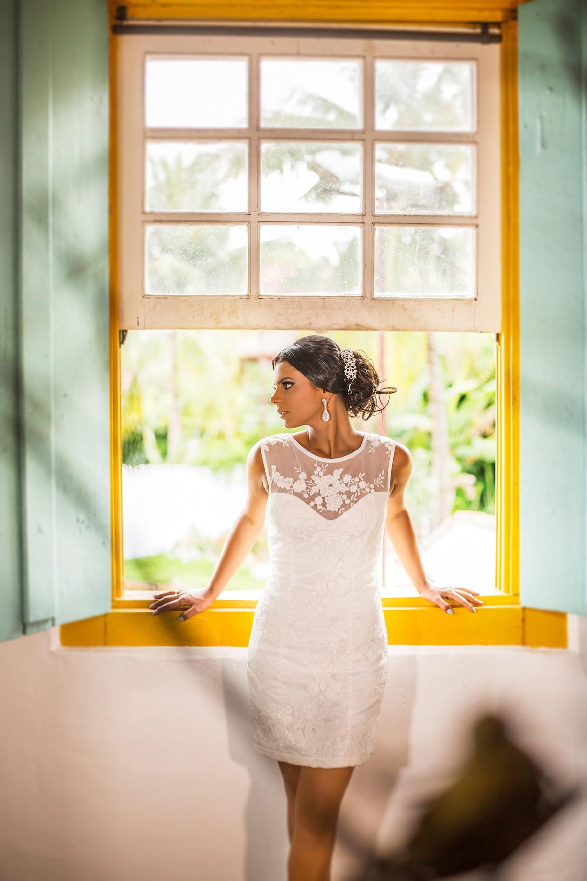 Noiva posando em janela amarela foto feita pelo fotógrafo Rafael Ohana em Paracatu-M