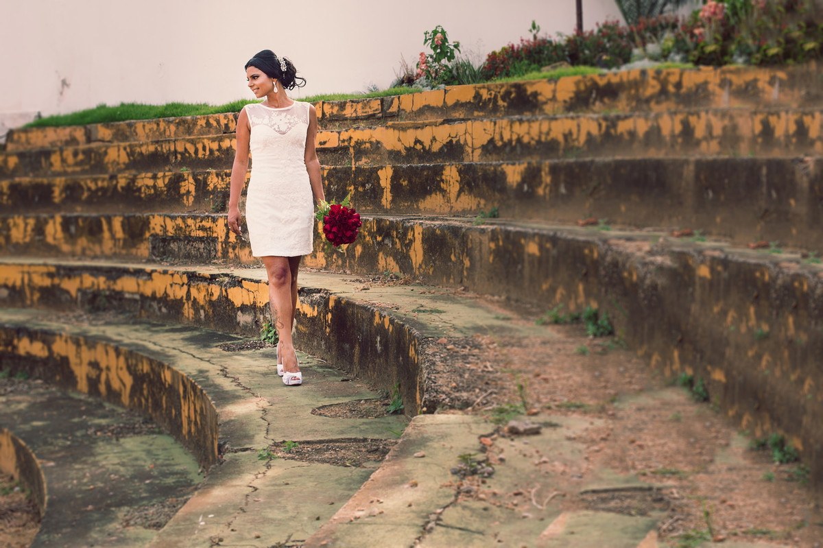Noiva andando em anfiteatro foto feita pelo fotógrafo Rafael Ohana em Paracatu-M