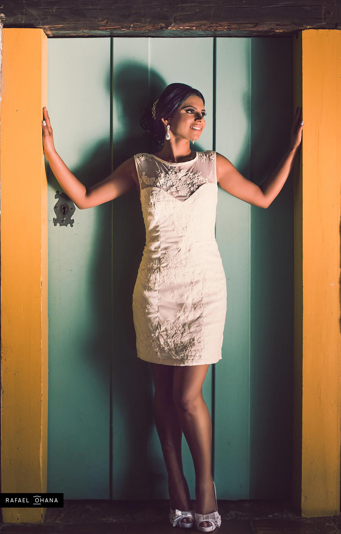 Noiva posando em porta de madeira antiga foto feita pelo fotógrafo Rafael Ohana em Paracatu-M