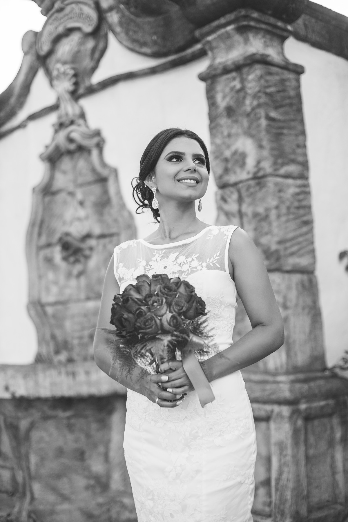 Noiva posando com buquê em fonte antiga foto feita pelo fotógrafo Rafael Ohana em Paracatu-M