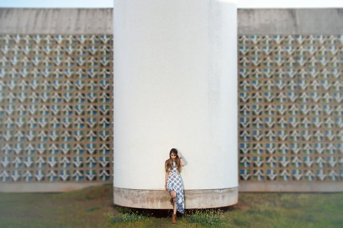 Menina posando na UnB foto feita pelo fotógrafo Rafael Ohana em Brasília-DF