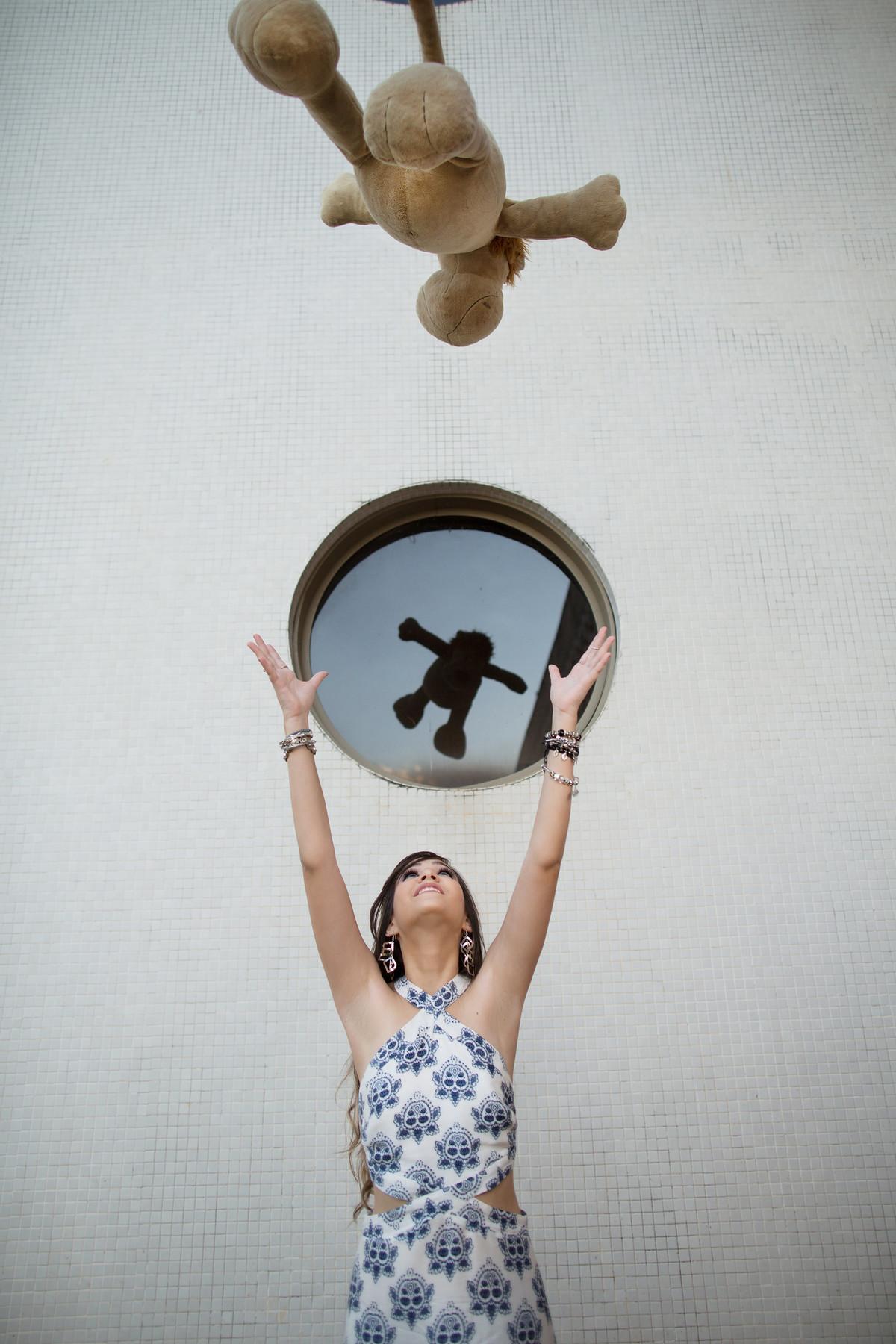 Meninas jogando urso pra cima foto feita pelo fotógrafo Rafael Ohana em Brasília-DF