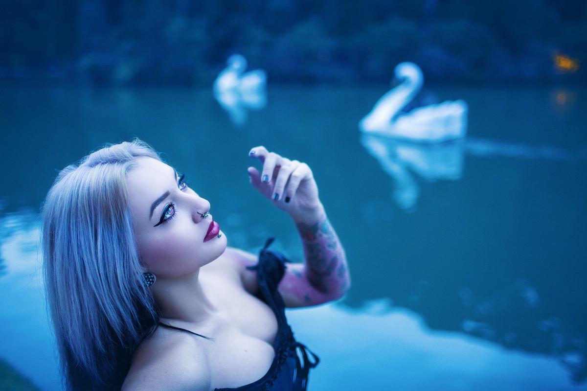Retrato da tatuadora Mayã Briefs de Canela feito pelo fotógrafo Rafael Ohana em Gramado-RS