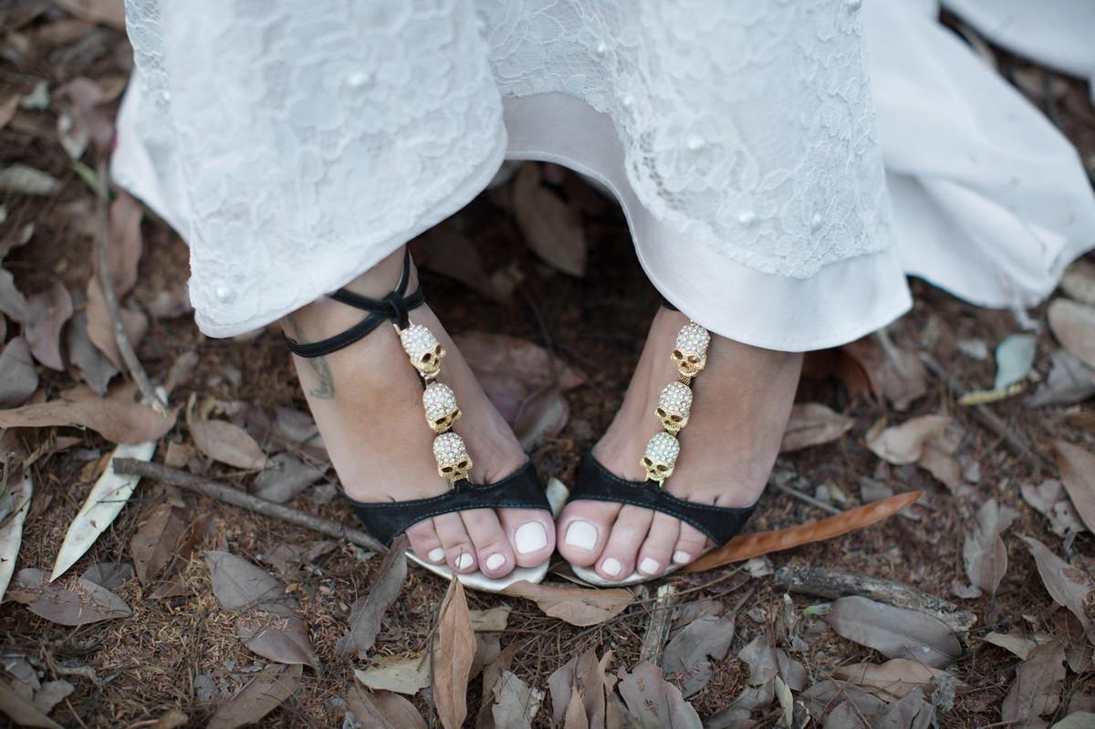 Noiva mostrando seus sapatos de caveira em ensaio trash the dress feito pelo fotografo de casamento Rafael Ohana em Brasilia-Df