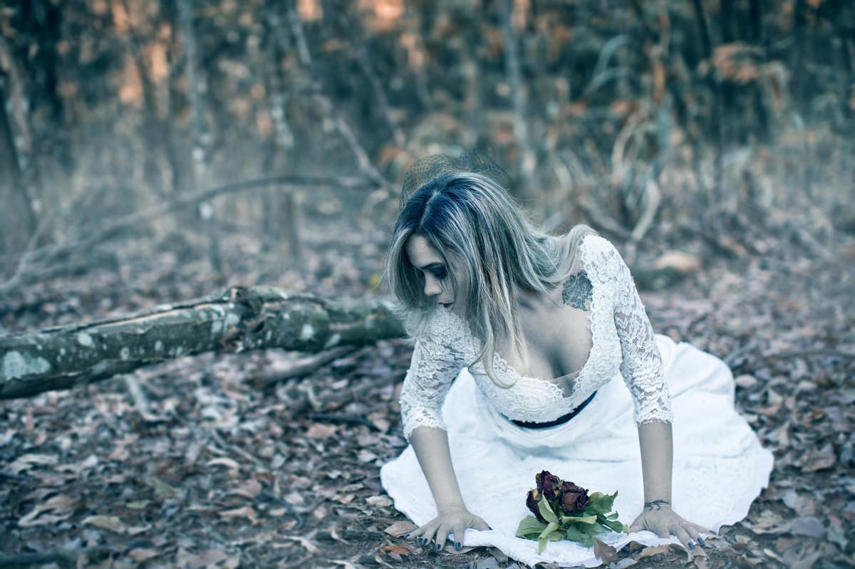 Noiva caída no chão em ensaio Trash the dress feito pelo fotografo de casamento Rafael Ohana em Brasilia-DF