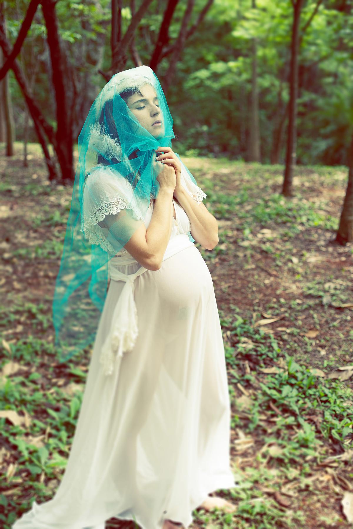 Grávida usando vestido branco posando para o fotógrafo Rafael Ohana em Brasília