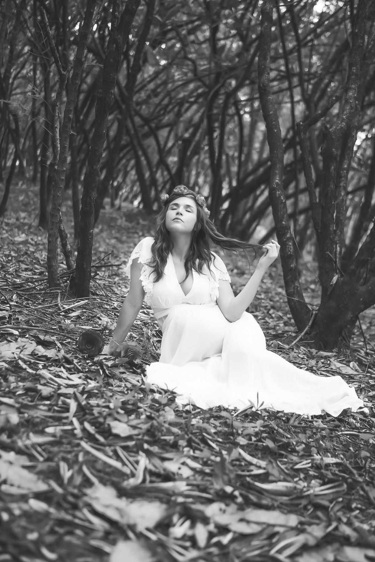Grávida posando para ensaio fotográfico com vestido branco em floresta em Brasília-DF. Pregnant posing for photo shoot with white dress in forest in Brasilia-DF