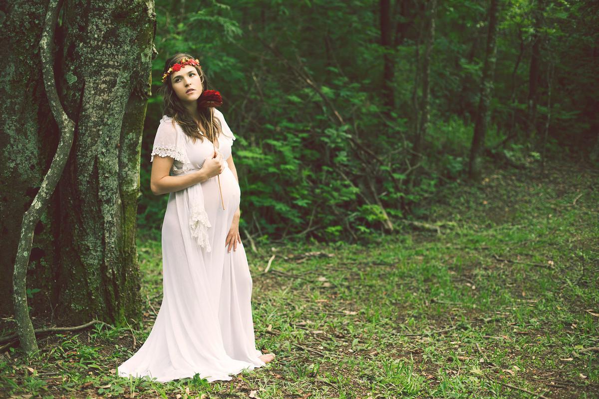 Grávida posando com vestido branco longo na floresta clicada pelo fotógrafo de grávidas Rafael Ohana em Brasília-DF