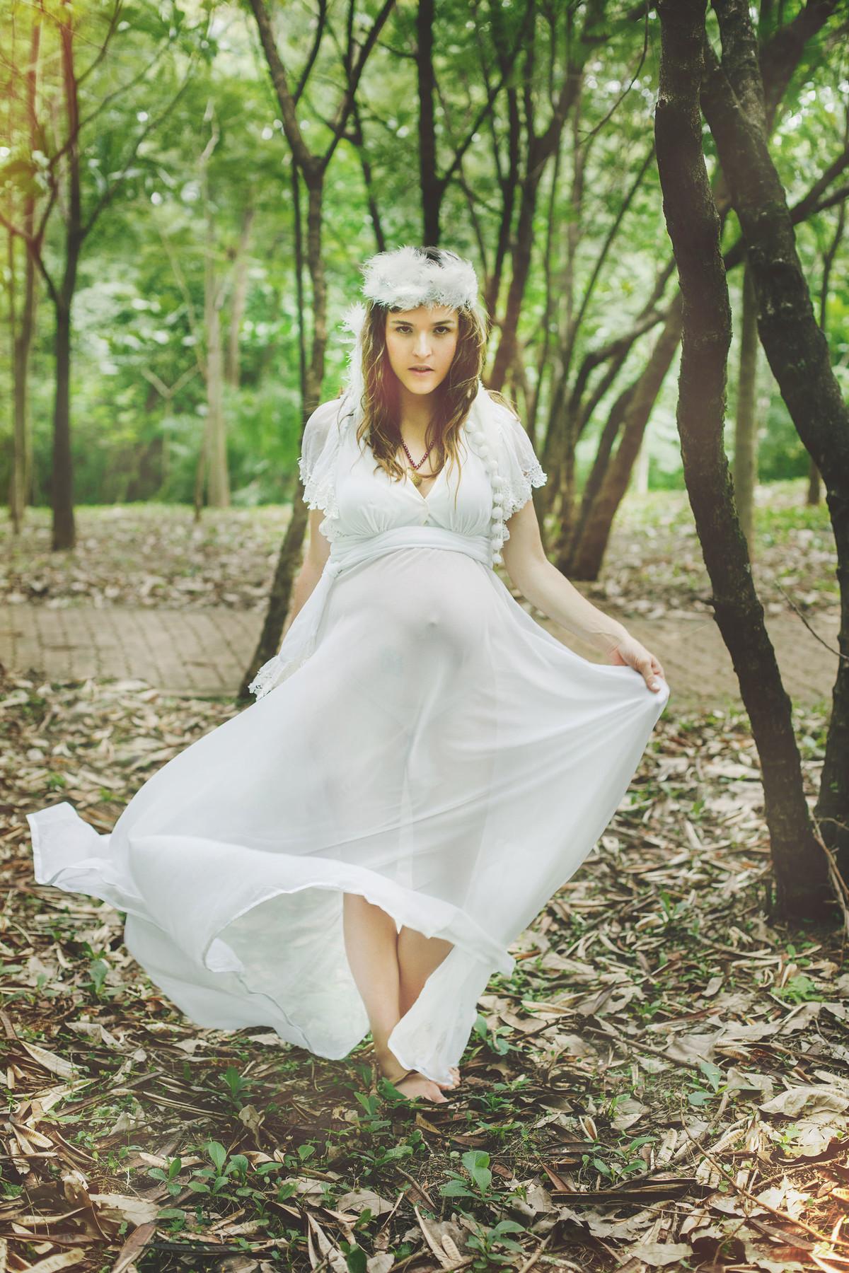 Grávida andando com vestido branco pela floresta em Brasília-DF. Pregnant walking with her white dress in the woods