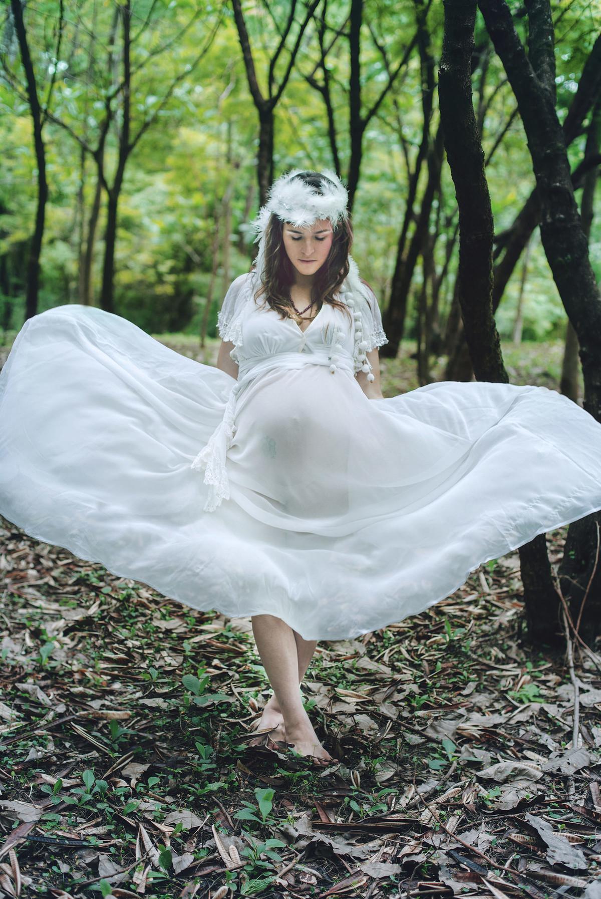 Gestante posando para ensaio fotográfico com muito vento em floresta em Brasília-DF. posing for pregnant photoshoot windy in forest in Brasilia-DF