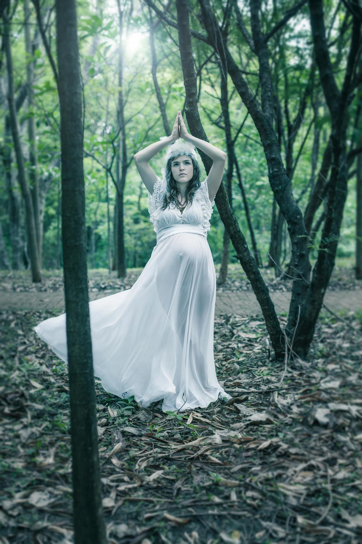Grávida em pose de yoga em seu ensaio fotográfico temático na floresta em Brasília-DF. Foto feita pelo fotógrafo Rafael Ohana