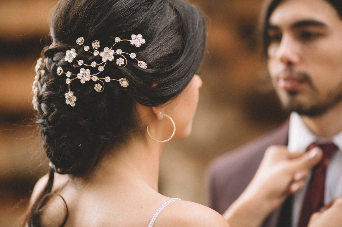 Noiva arrumando gravata do noivo. Fotografado pelo fotógrafo de casamento Rafael Ohana em Brasília-DF