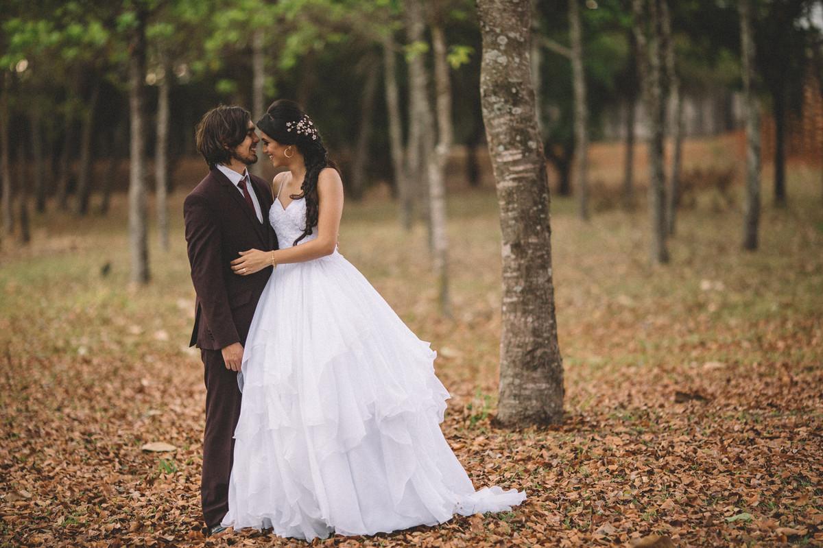 Noivos abraçados na floresta. Fotografado pelo fotógrafo de casamento Rafael Ohana em Brasília-DF