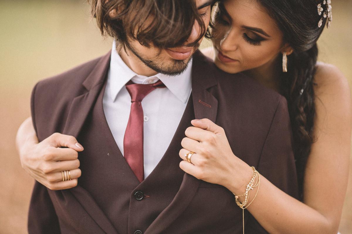 Noiva abrindo paletó do noivo. Fotografado pelo fotógrafo de casamento Rafael Ohana em Brasília-DF