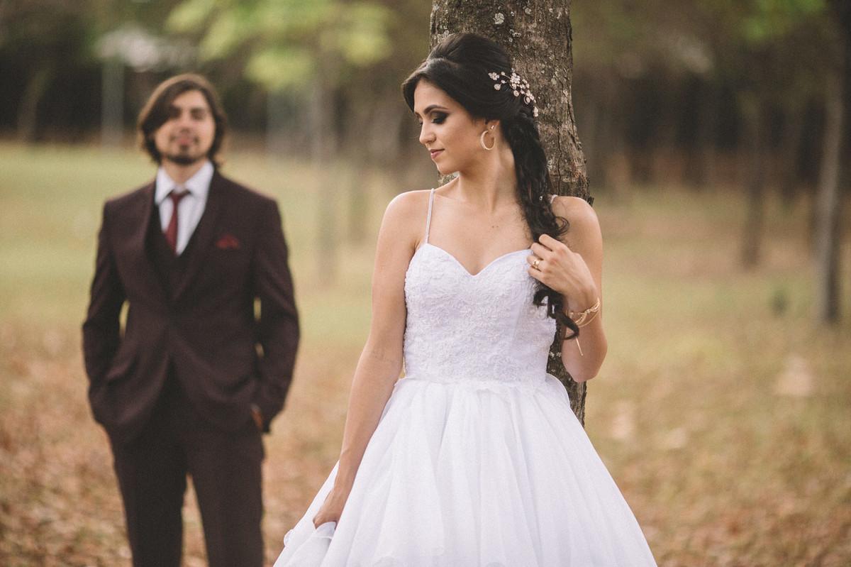 Noivo olhando para noiva encostada na arvore. Fotografado pelo fotógrafo de casamento Rafael Ohana em Brasília-DF