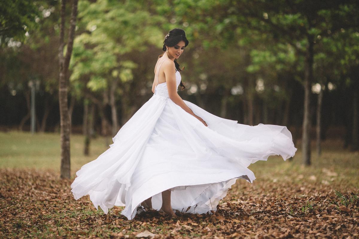 Noiva dançando girando o vestido de casamento. Fotografado pelo fotógrafo de casamento Rafael Ohana em Brasília-DF