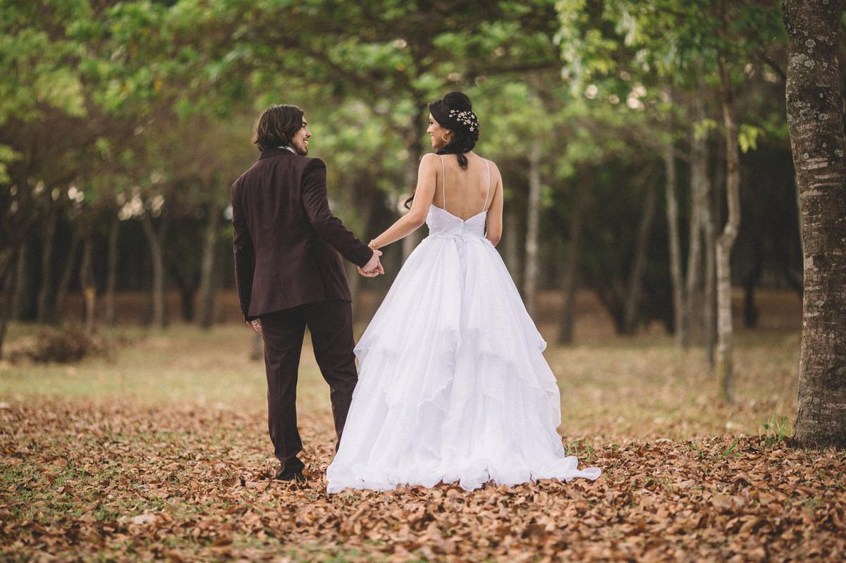 Noivos andando para longe em floresta. Fotografado pelo fotógrafo de casamento Rafael Ohana em Brasília-DF