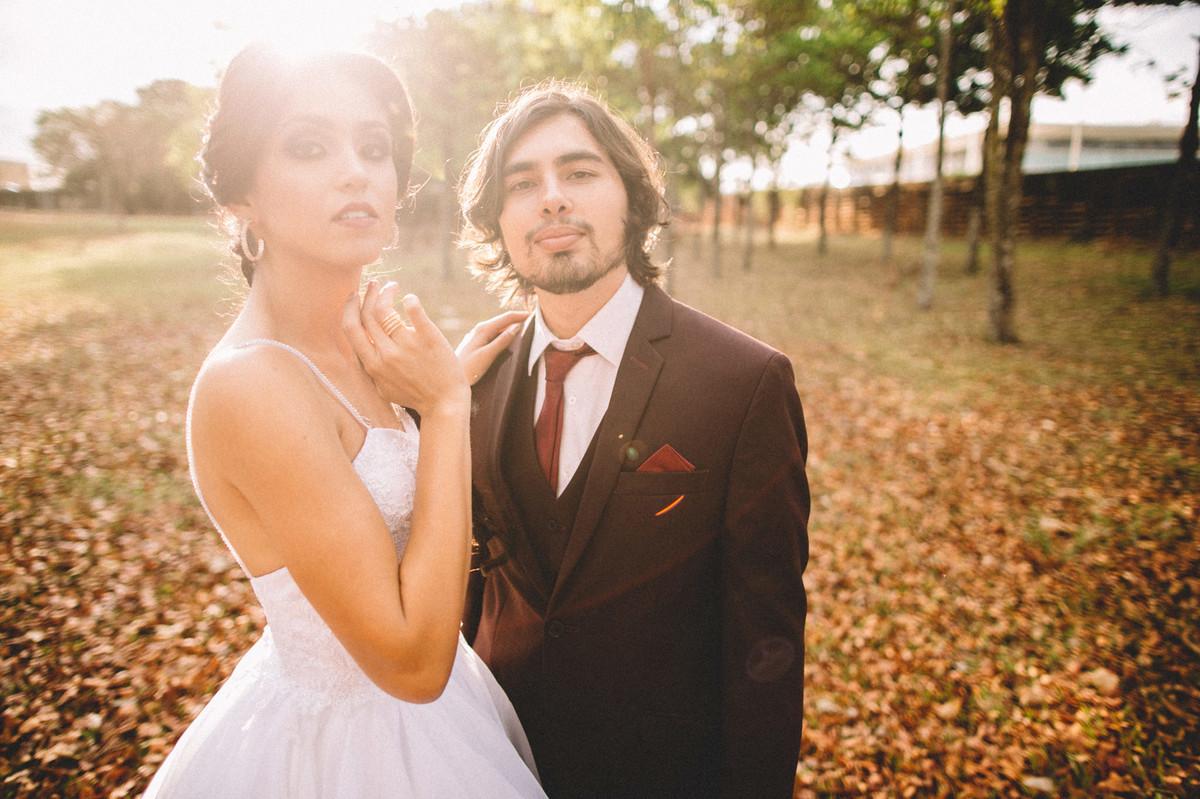 Noivos olhando para a camera. Fotografado pelo fotógrafo de casamento Rafael Ohana em Brasília-DF