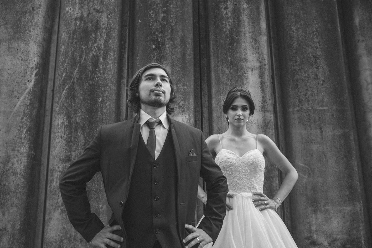 Noivos com a mão na cintura. Fotografado pelo fotógrafo de casamento Rafael Ohana em Brasília-DF