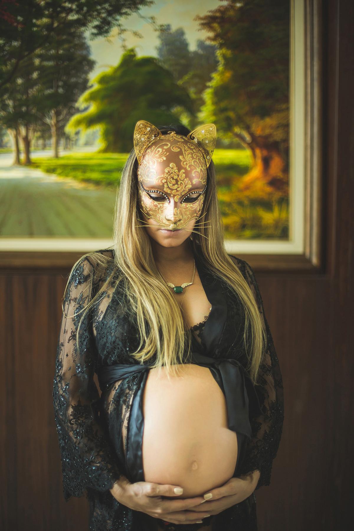 Gravida com mascara de gato, Ensaio fotografado pelo fotógrafo de gestantes Rafael Ohana em Manaus-AM.