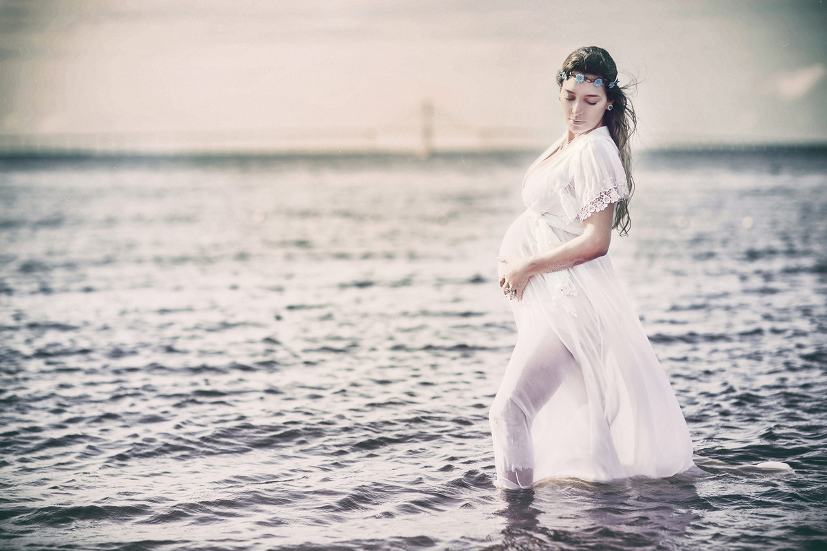 Grávida posando de vestido branco dentro d´agua. Fotografado pelo fotógrafo de gestantes Rafael Ohana em Manaus-AM