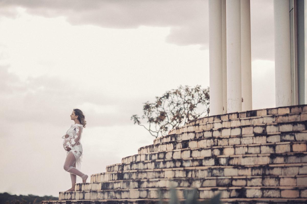 Gestante descendo escadaria de templo. Clicado pelo fotógrafo de gestantes Rafael Ohana em Brasília-DF