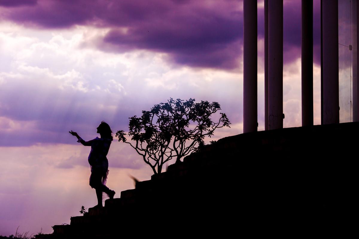 Silhueta de gestante descendo escadaria de templo. Clicado pelo fotógrafo de gestantes Rafael Ohana em Brasília-DF
