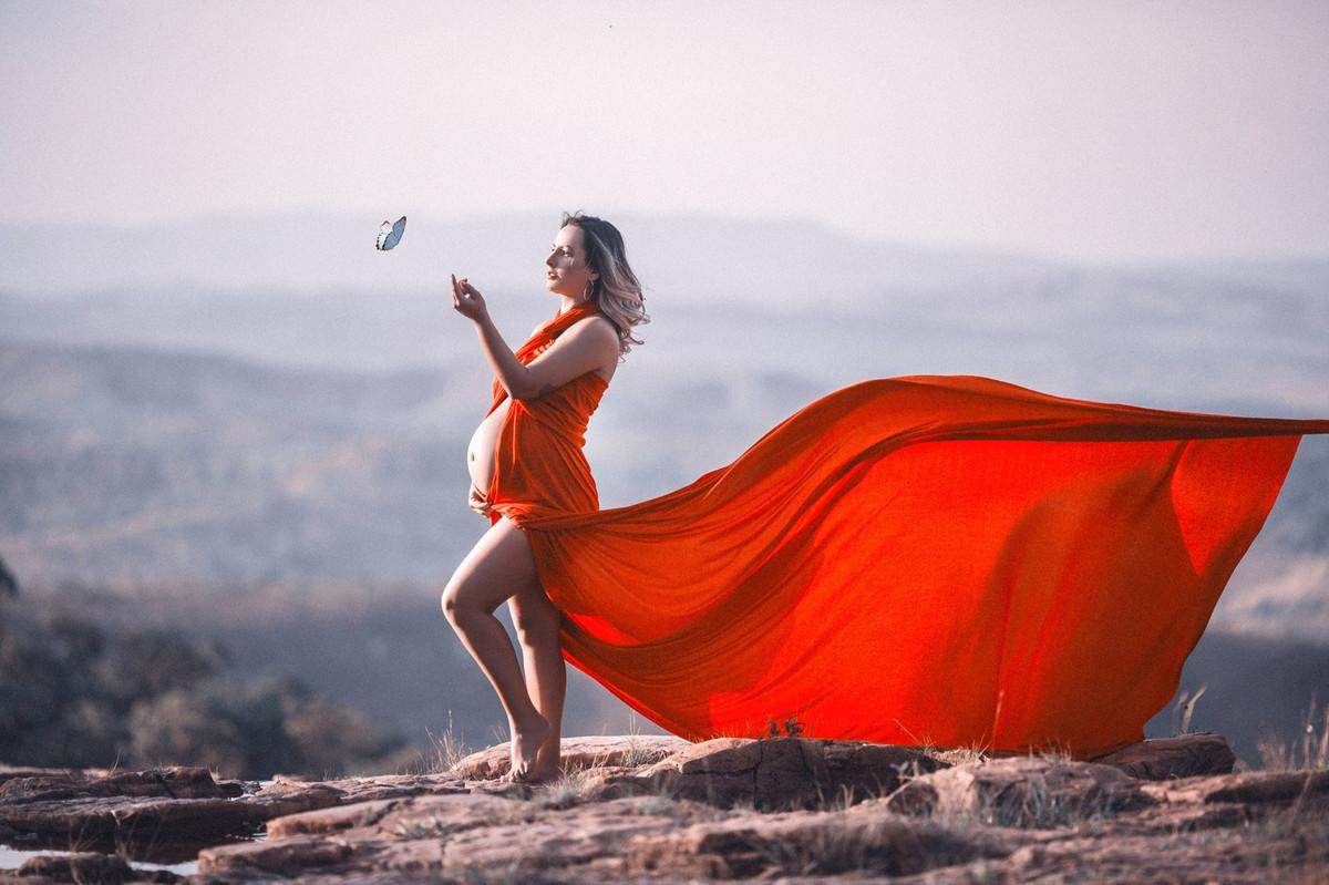 Grávida brincando com borboleta. Clicado pelo fotógrafo de gestantes Rafael Ohana em Brasília-DF