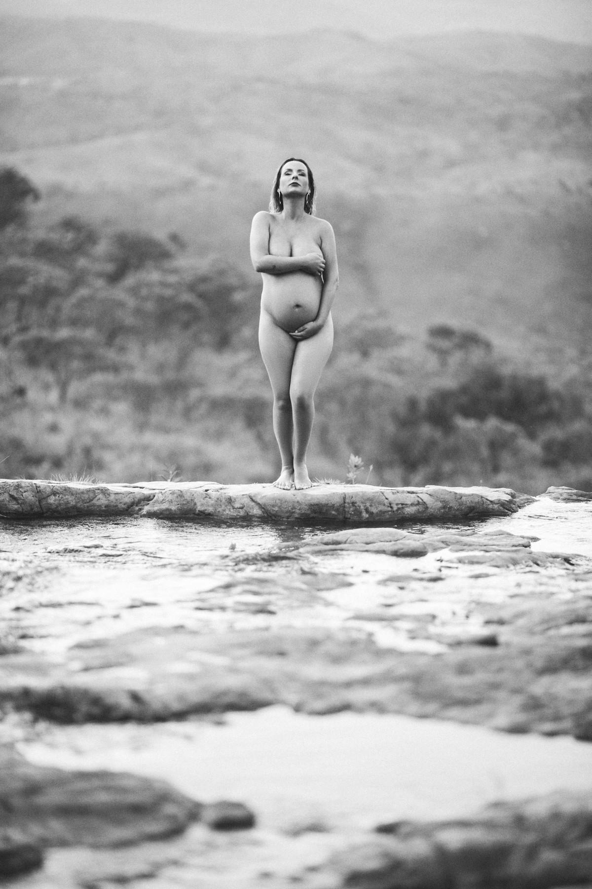 Grávida nua posando nas pedras de um rio. Clicado pelo fotógrafo de gestantes Rafael Ohana em Brasília-DF
