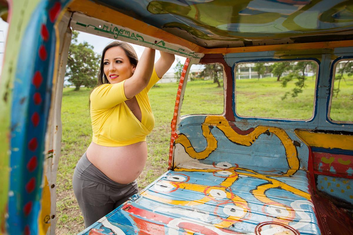 Grávida apoiada em carcaça de kombi. Fotografia feita pelo fotógrafo de grávidas Rafael Ohana em Brasília