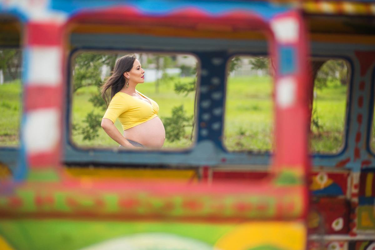 Grávida olhando para o horizonte atraves de janela. fotografia feita pelo fotógrafo de grávidas Rafael Ohana em Brasília