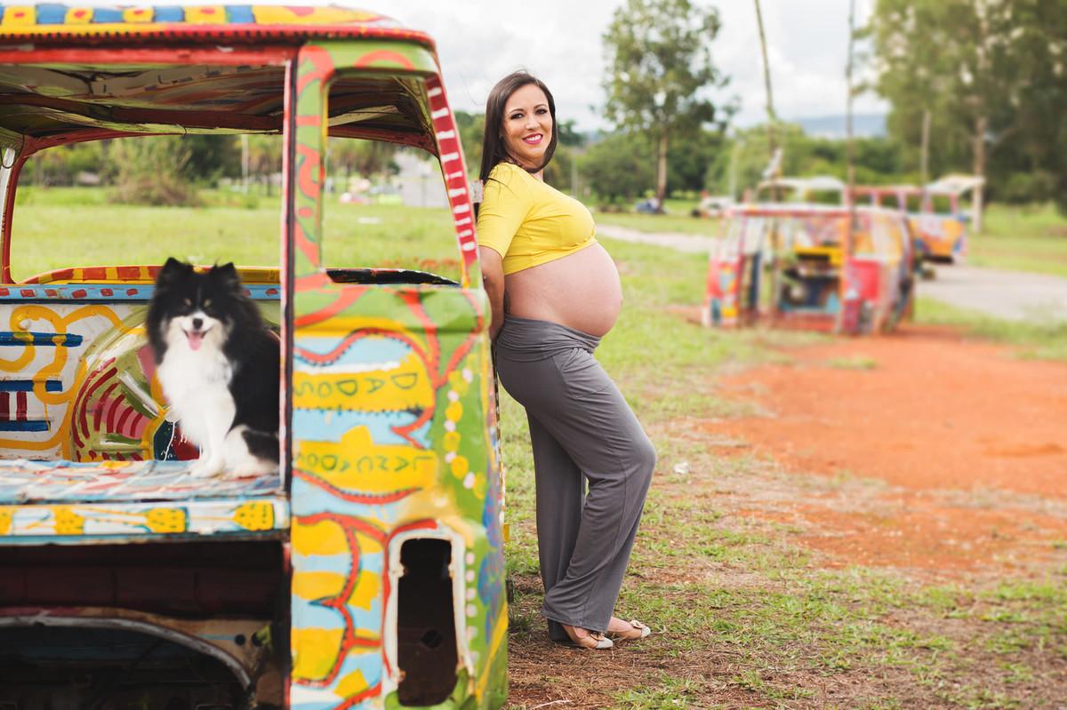 Grávida encostada em kombi com seu cachorro. fotografia feita pelo fotógrafo de grávidas Rafael Ohana em Brasília