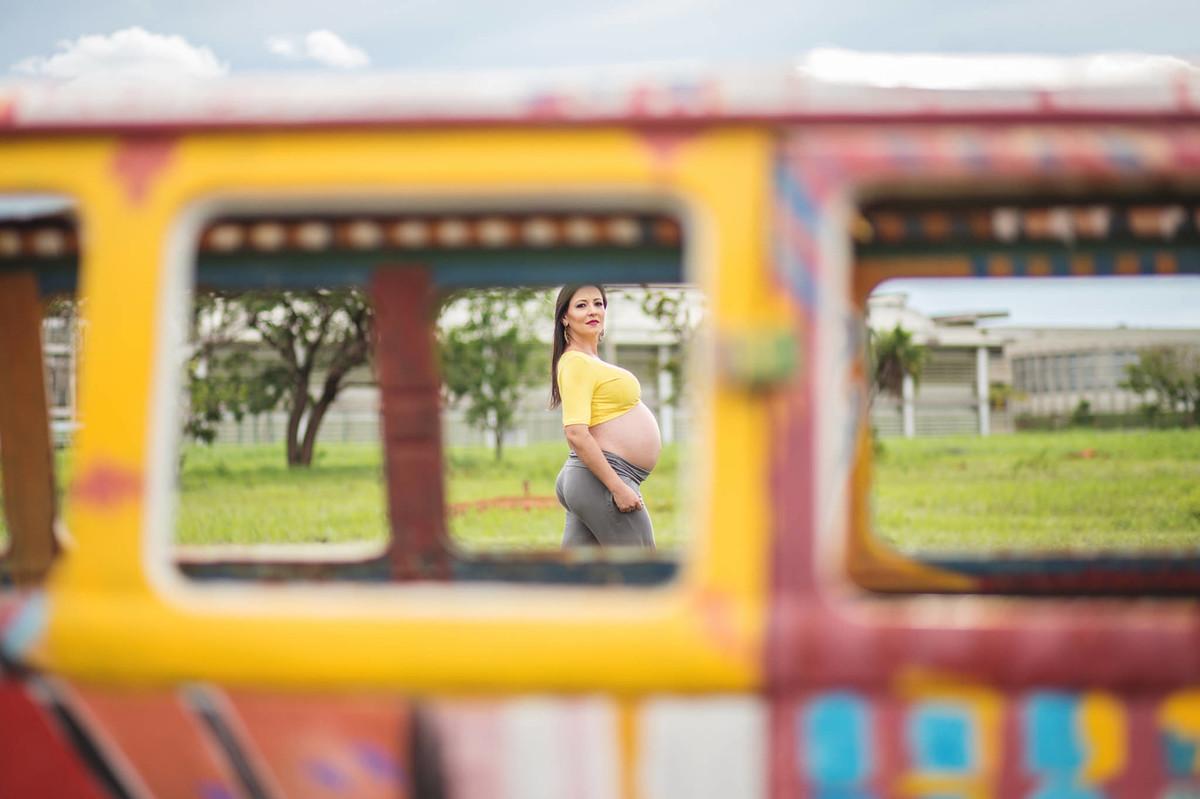 Gestante caminhando. fotografia feita pelo fotógrafo de grávidas Rafael Ohana em Brasília