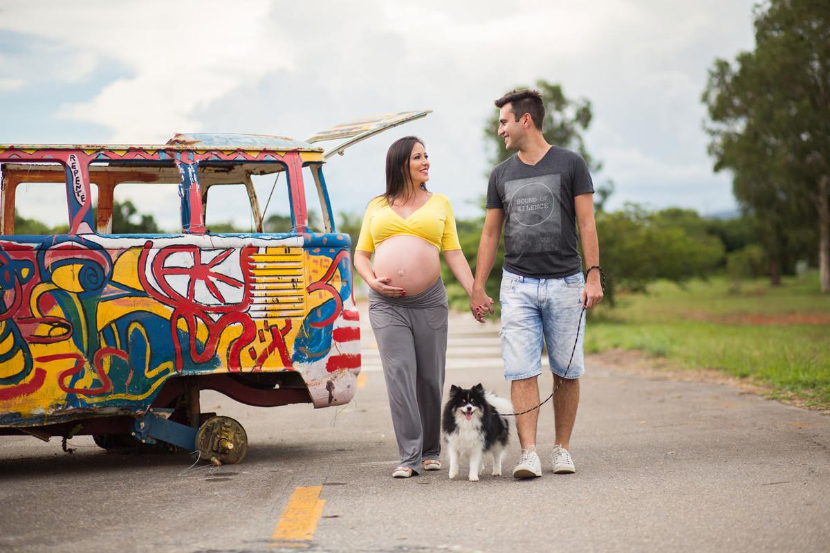 Gestante caminhando com seu marido e cachorro. fotografia feita pelo fotógrafo de grávidas Rafael Ohana em Brasília