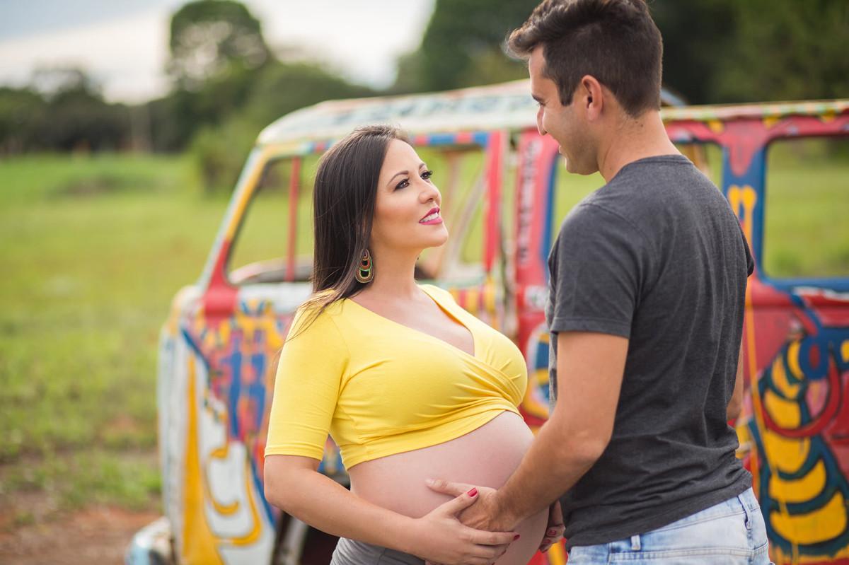 Marido segurando a barriga da esposa. fotografia feita pelo fotógrafo de grávidas Rafael Ohana em Brasília
