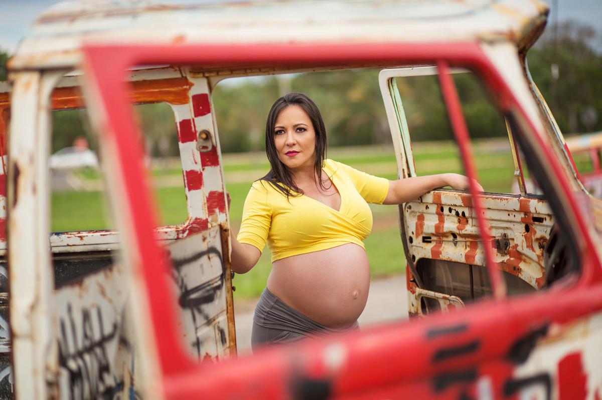 Grávida posando em carcaça de kombi. fotografia feita pelo fotógrafo de grávidas Rafael Ohana em Brasília