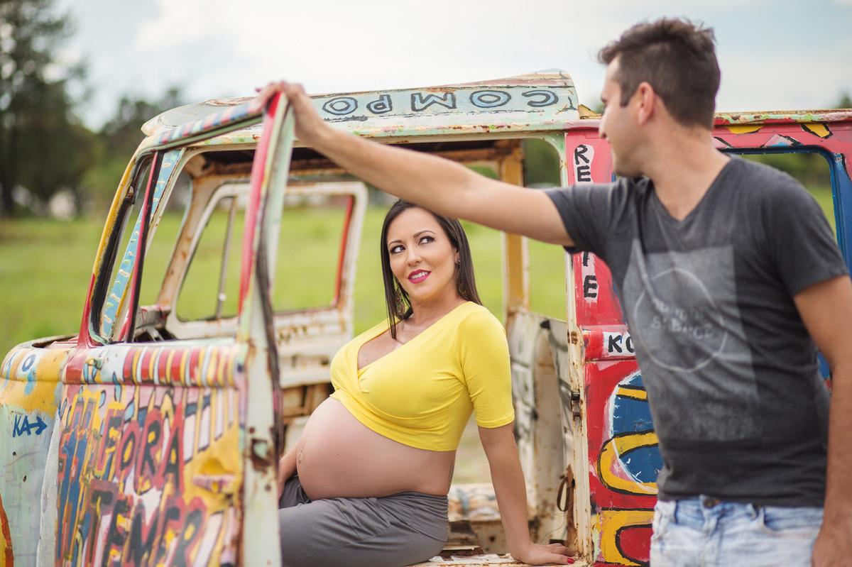 Grávida fazendo charme para o marido. fotografia feita pelo fotógrafo de grávidas Rafael Ohana em Brasília
