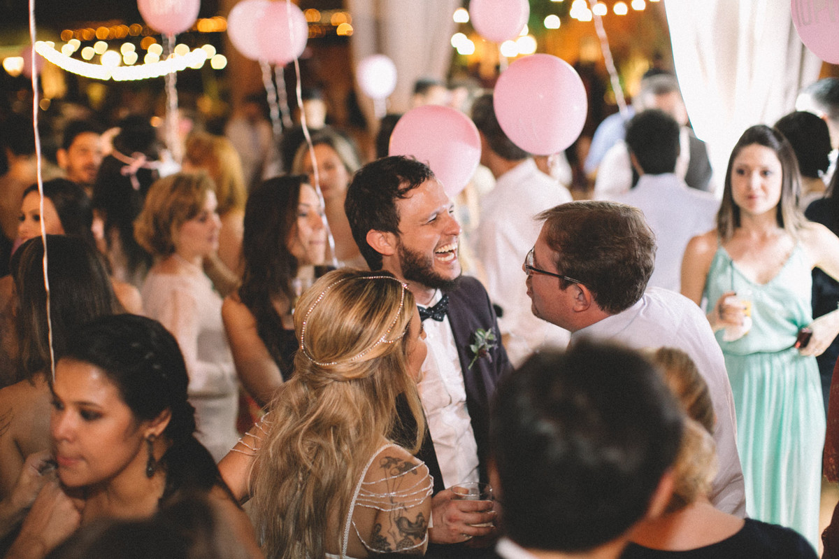 Noivo se divertindo em seu casamento no Villa Giardini em Brasília-DF