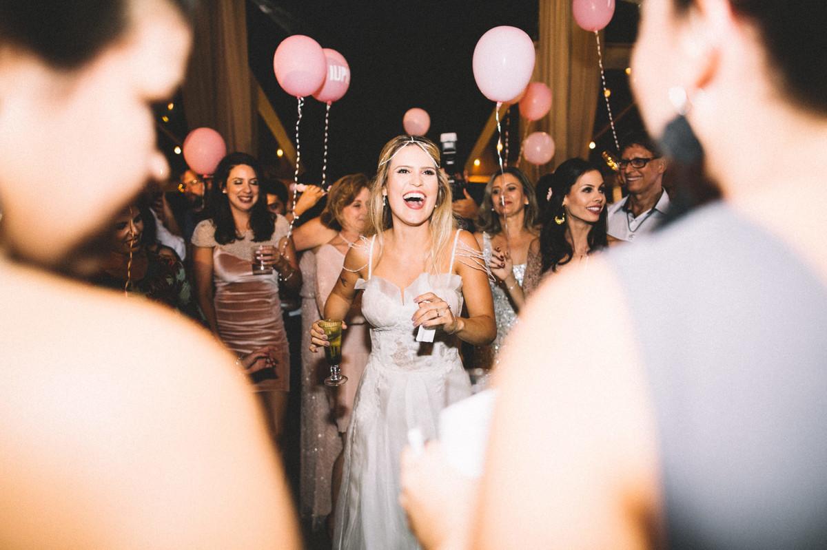 Noiva dançando em sua recepção de casamento no Villa Giardini em Brasília-DF